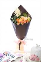 荷蘭鬱金香 + 荷蘭紐扣菊 + 荷蘭白雪+11枝玫瑰+ 紐西蘭麻葉+襯葉