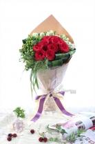 荷蘭鬱金香 +荷蘭綠豆+ 荷蘭煙花草+11枝玫瑰 + 襯葉